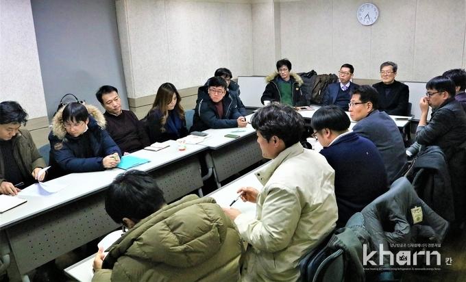 통합선포 직전 마지막 통합합의문 점검 및 관계자 서명이 진행되고 있다.