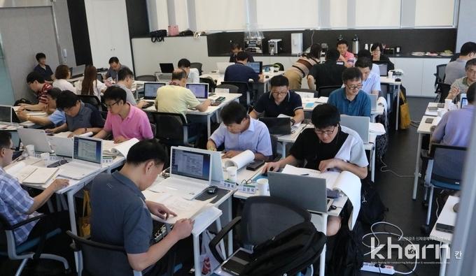 에평사 실무교육에서 교육생들이 스터디학습을 진행하고 있다.